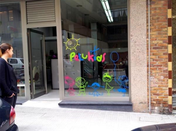 pelukids vinilo para escaparate en peluqueria por poison estudio paginas web en bilbao