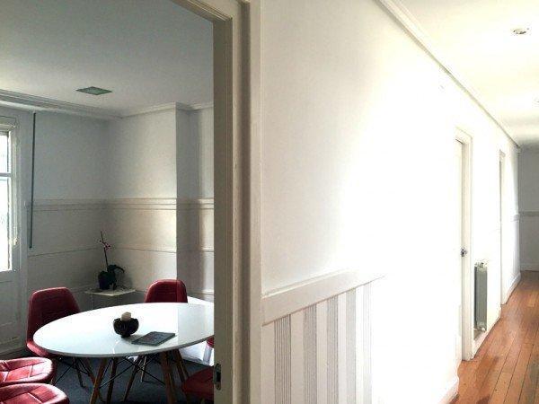 vista de la sala de reuoniones desde el pasillo